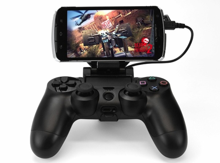 Джойстик PS4 и смартфон