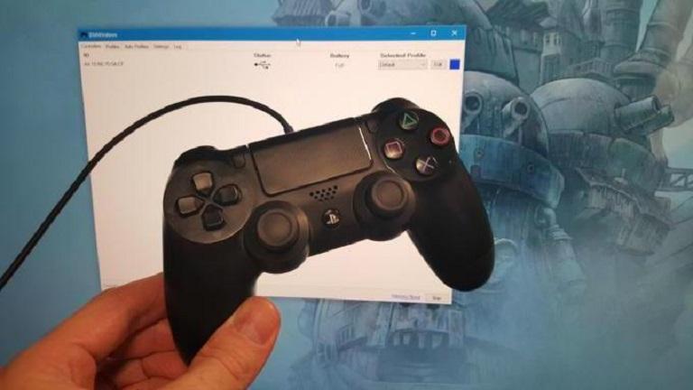 Джойстик PS4 в руке
